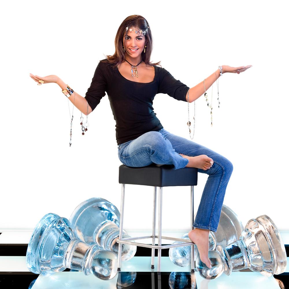 Fotografía publicitaria para joyas marduk con fondo blanco y modelo mujer