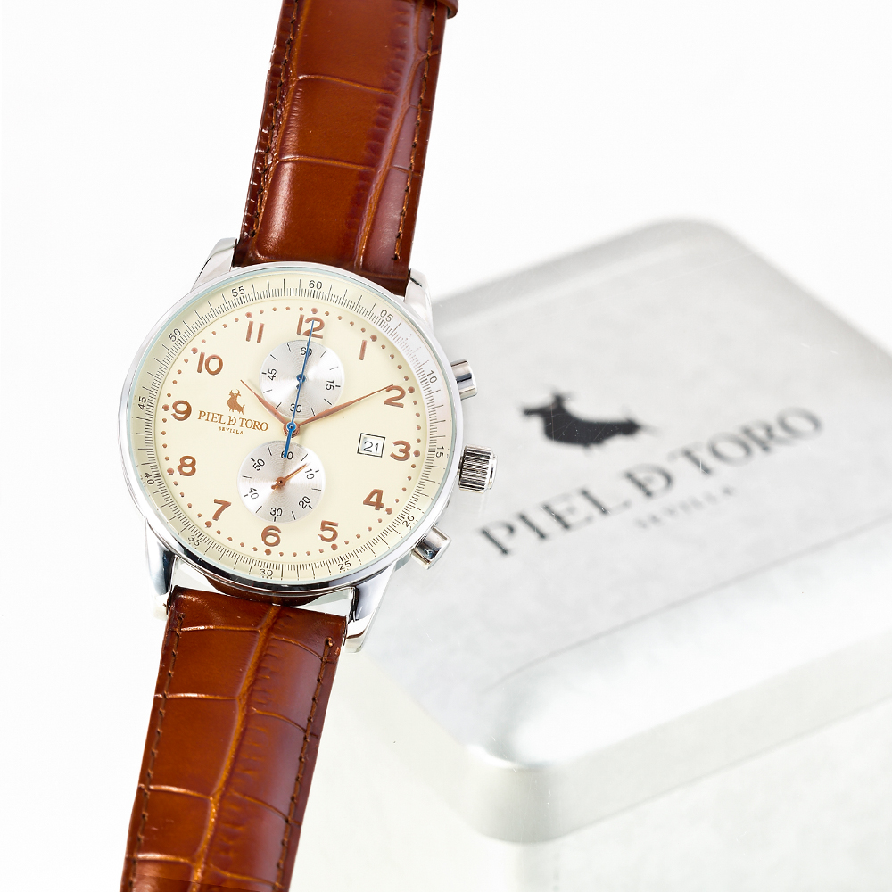 fotografía ecommerce reloj piel de toro con fondo blanco